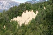 15-Pyramiden vom Wald umgeben